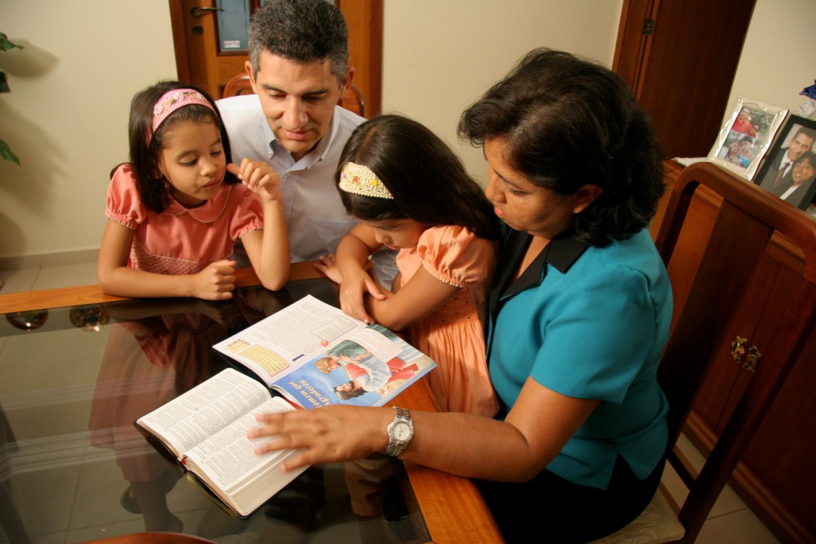 FamilyStudy (copyright Neuber Oliveira churchphoto.de) - ID 18163 (Large)